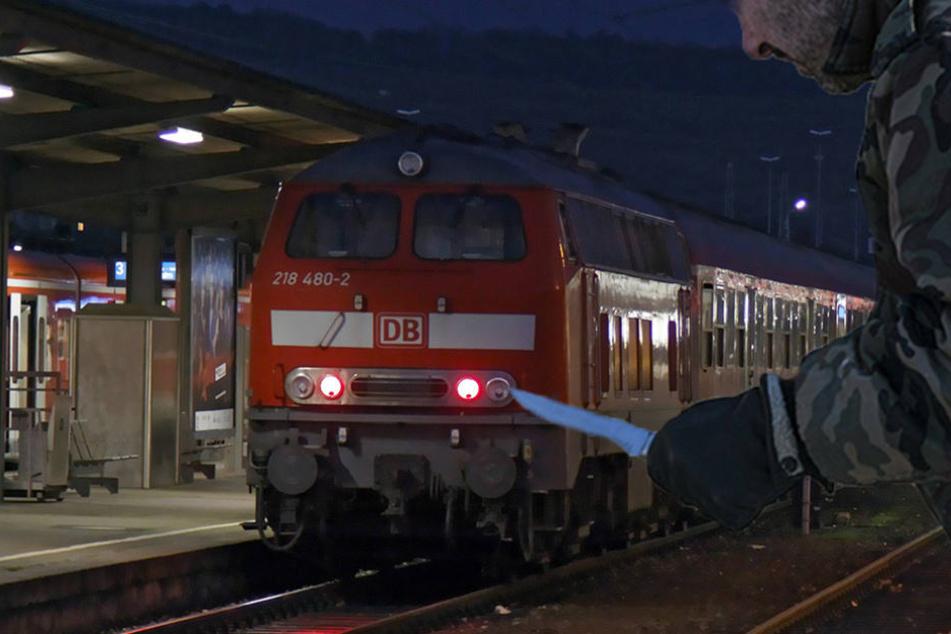 Ohne Fahrausweis aber mit Messer bewaffnet wurde ein 26-Jähriger in einem Zug aufgegriffen. (Symbolbild)