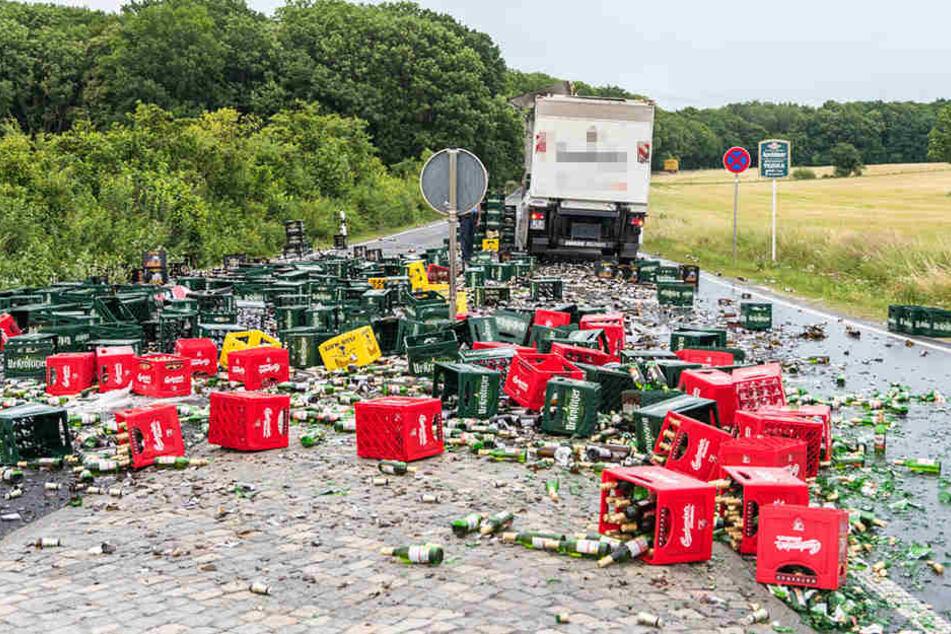 Laster verliert Ladung: 8000 Flaschen Bier auf die Straße gekippt