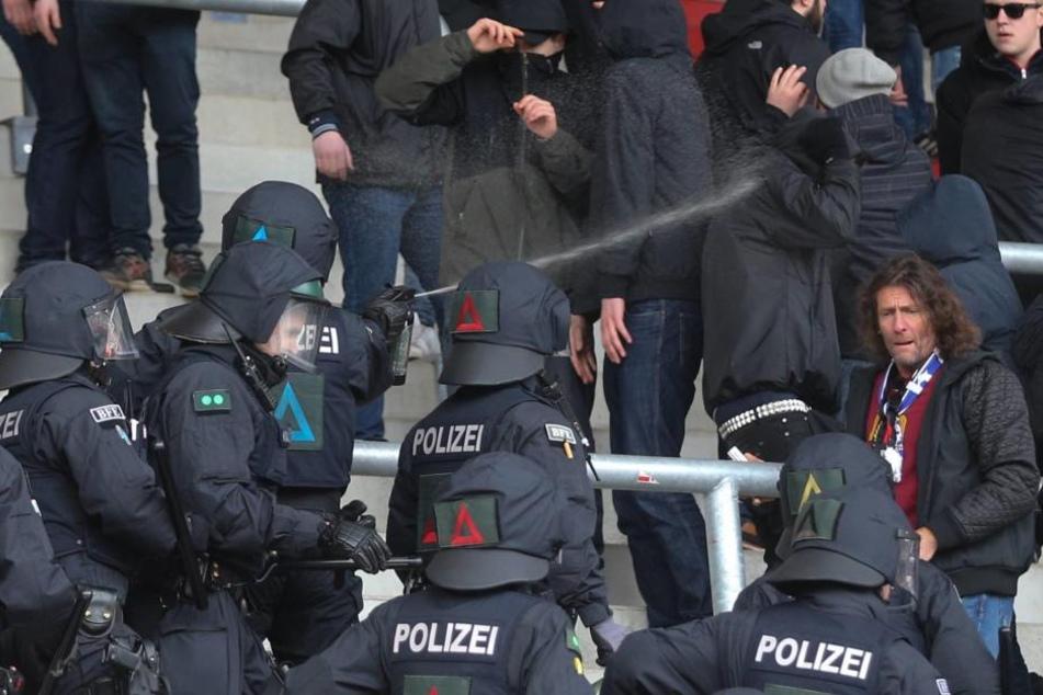 Die Polizei musste bei den Krawallen auch Pfefferspray einsetzen.