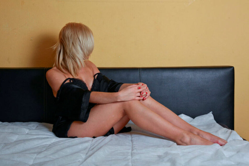 Das Gesetz soll Prostituierte besser schützen, belastet sie aber zunächst durch Amtsgebühren.