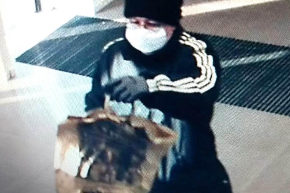 Banküberfall in Dresden! Bewaffneter flüchtet mit mehreren Tausend Euro