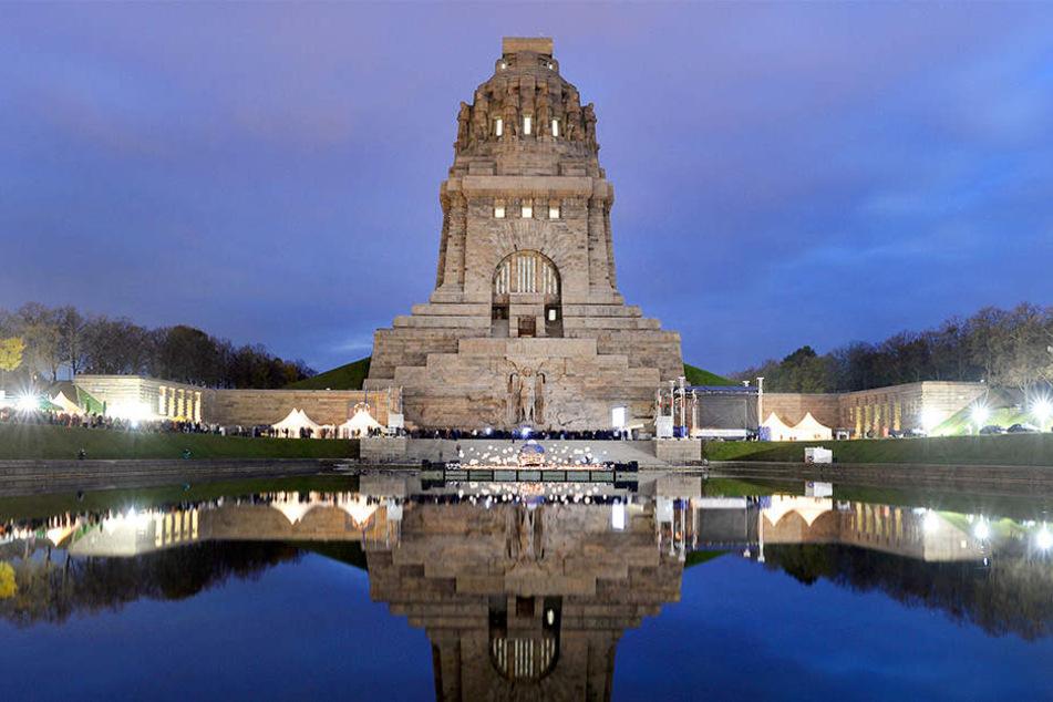 Der Gesang zweier berühmter Leipziger Chöre schallt am Samstag durch das Monument in Leipzig.