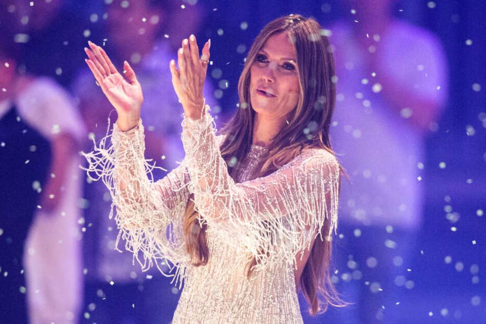 "Model-Mama Heidi Klum (45) hat sich als Gastjuror Thomas Hayo (50) ins Boot geholt. Thema diese Woche: 70er, John Travolta, ""Saturday Night Fever""."