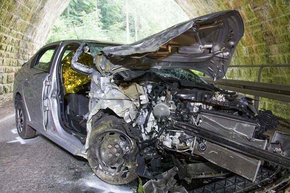 Citroën knallt gegen Tunneleinfahrt: Alle Insassen sterben