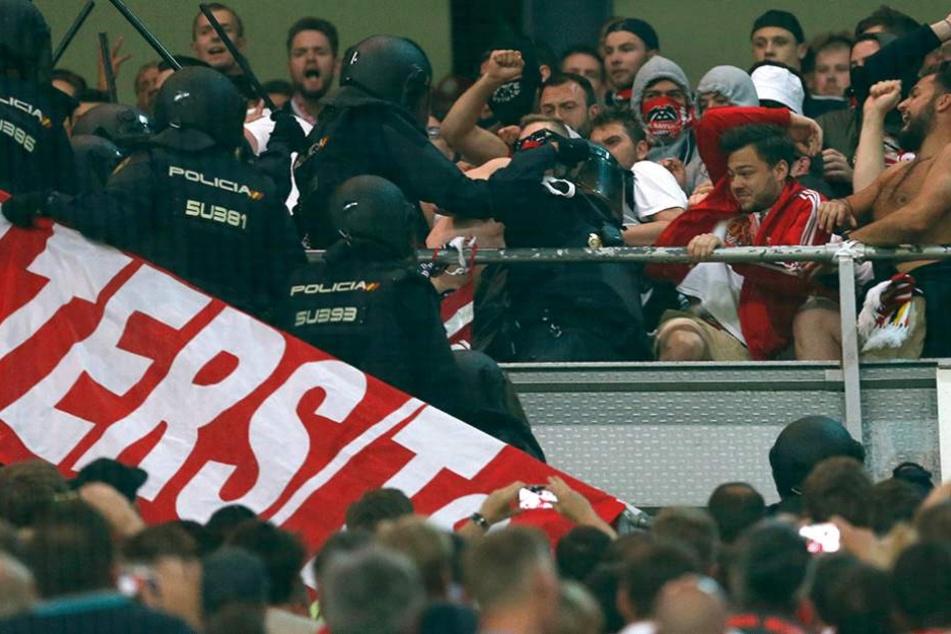 Polizisten gingen mit Schlagstöcken auf die Fans los.