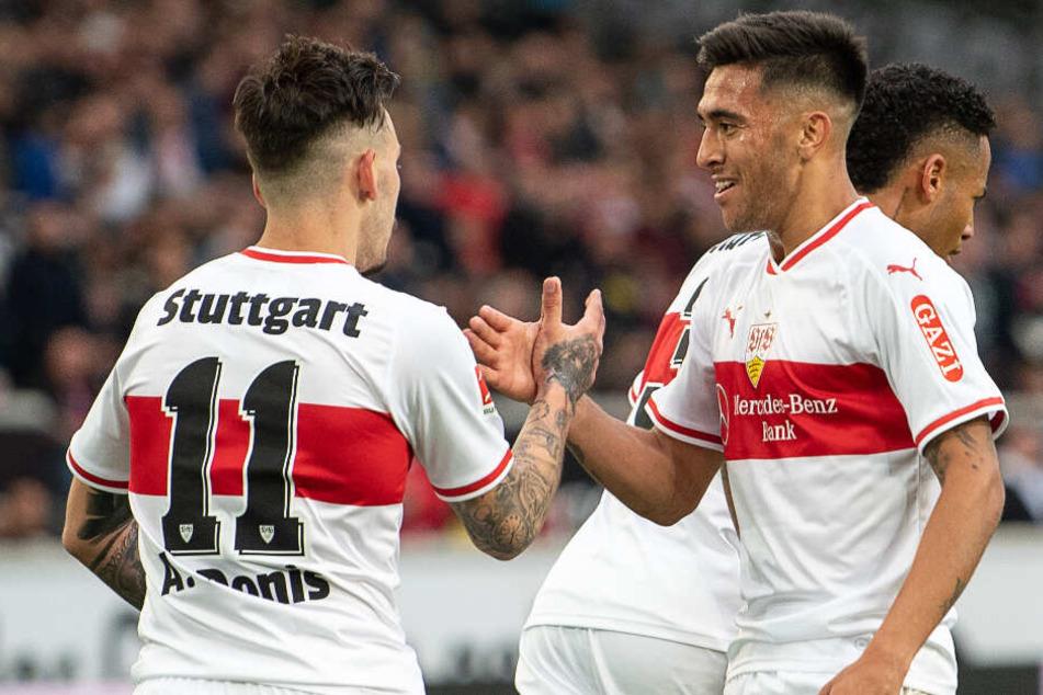 VfB-Stürmer Nicolás González (rechts im Bild) schlägt mit Teamkollege Anastasios Donis ein.