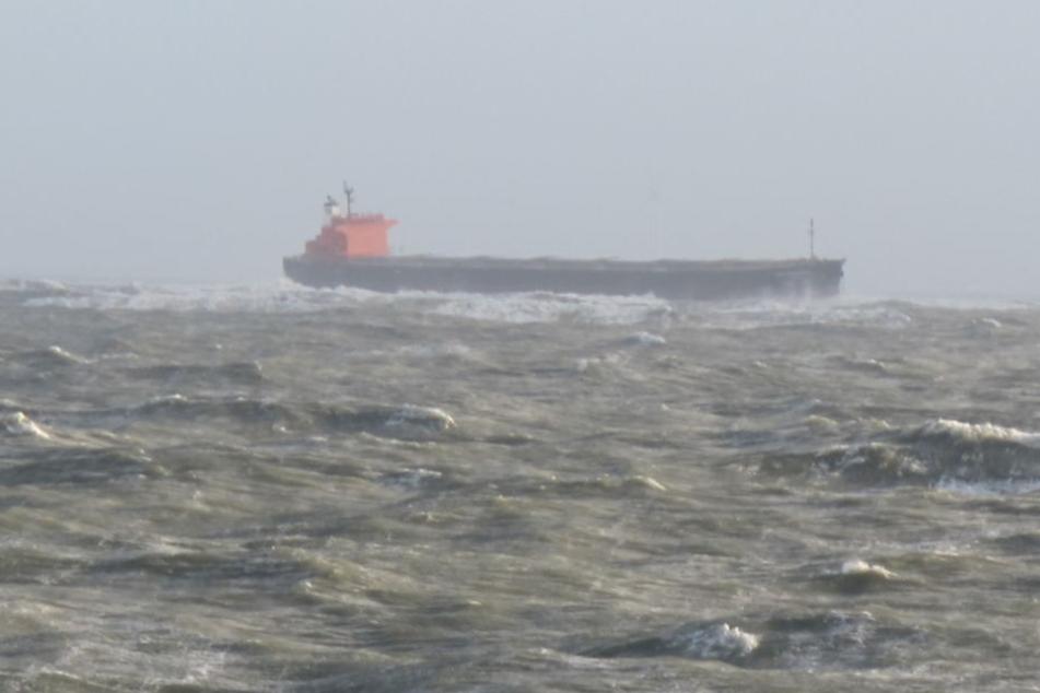 """Der Frachter """"Glory Amsterdam"""" treibt in der Deutschen Bucht vor Langeoog."""