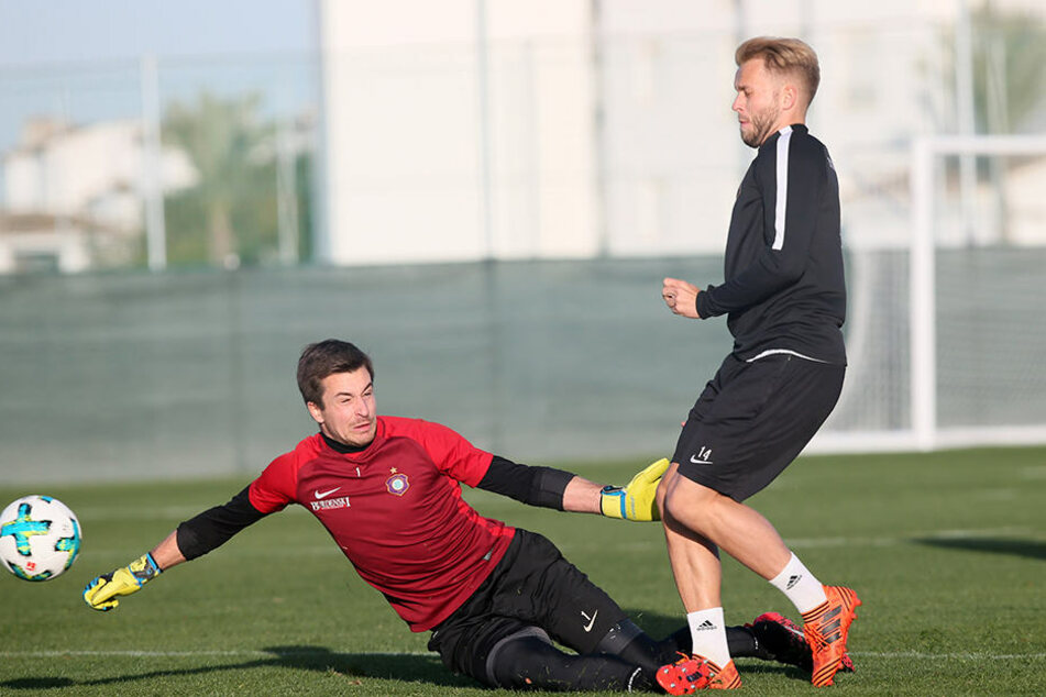 Allein vor Keeper Martin Männel: Stürmer Pascal Köpke beim Torschusstraining im Spanien-Camp. Im Training klapp(t)en die Abschüsse.