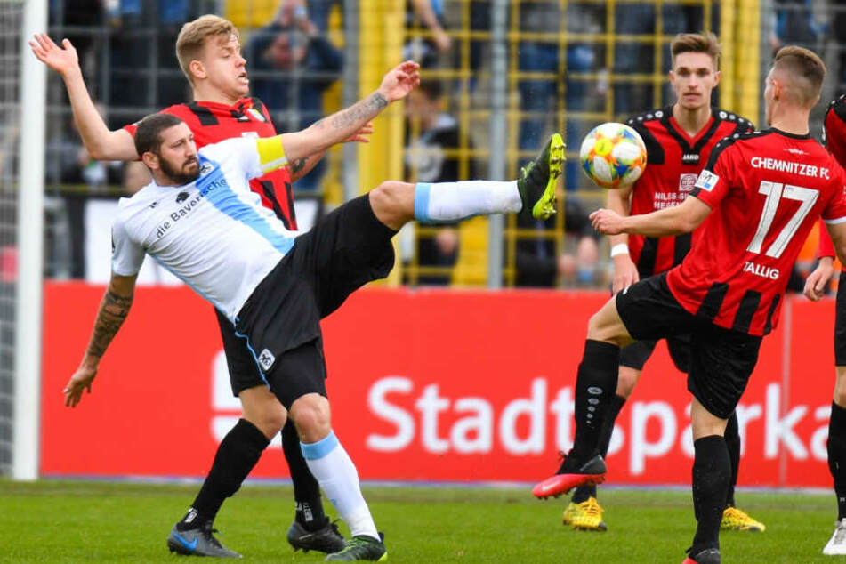 Erik Tallig (Nr. 17) im Kampf um den Ball mit Sascha Mölders vom TSV 1860 München.