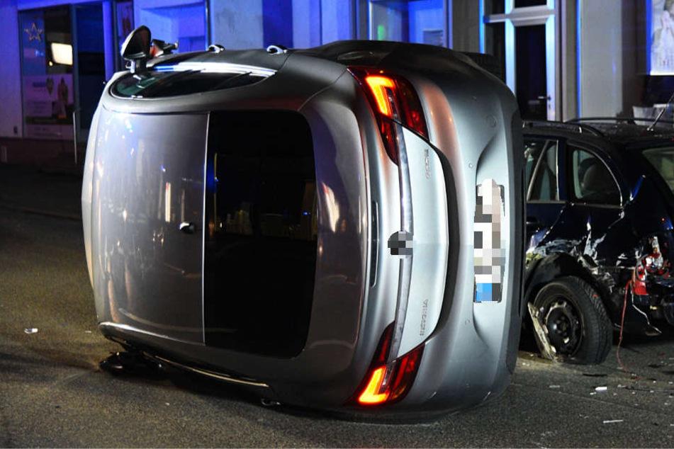 Der Wagen kam auf seiner Seite mitten auf der Bundesstraße 3 zum Stehen.