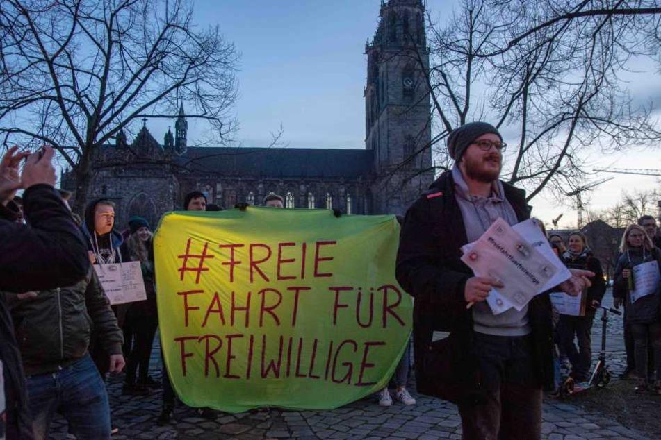 """Etwa 70 Menschen demonstrierten am Mittwoch in Magdeburg als Teil der Aktion """"Freie Fahrt für Freiwillige""""."""