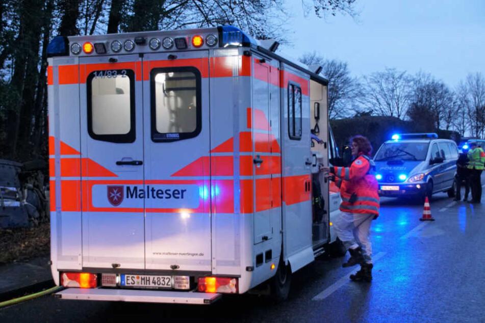Der 20-jährige Fahrer wurde von einem Rettungsdienst ins Krankenhaus gebracht.