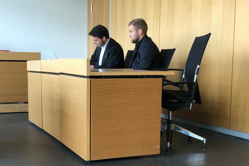Julian Stähle (r.) und sein Anwalt Sebastian Wendt vor dem Amtsgericht Brandenburg/Havel.