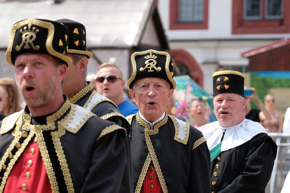 Ensemblemitglieder von Berg- und Hüttenvereinen singen beim Freiberger Bergstadtsommer vor dem Rathaus.