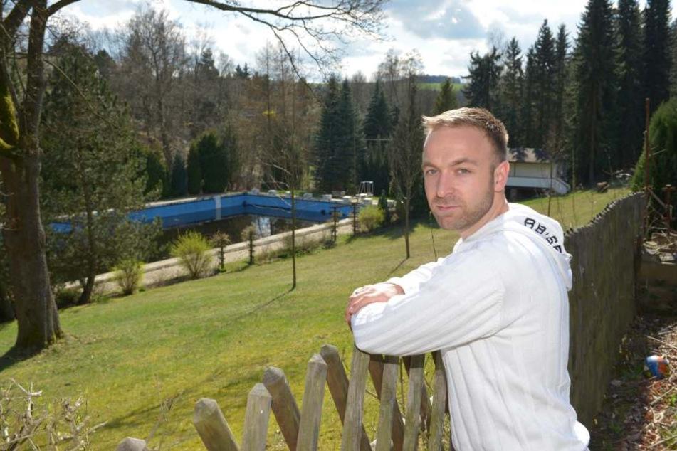 Eine Bürgerinitiative will das beliebte Erfenschlager Freibad retten. Felix Kreißel ist der Sprecher der Initiative.