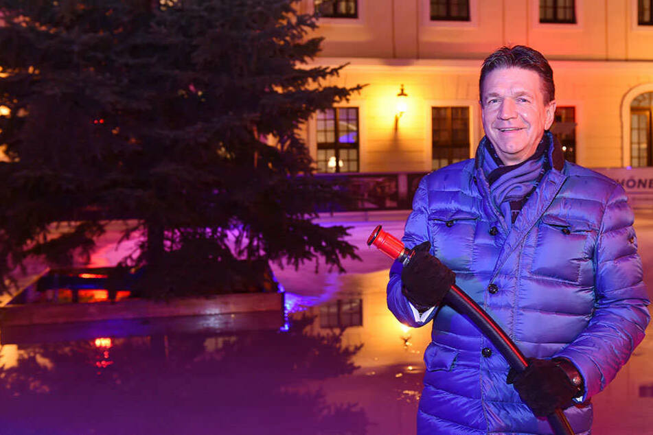 Kempinski-Direktor Marten Schwass (57) spritzte selbst Wasser auf die Eisbahn im Innenhof.