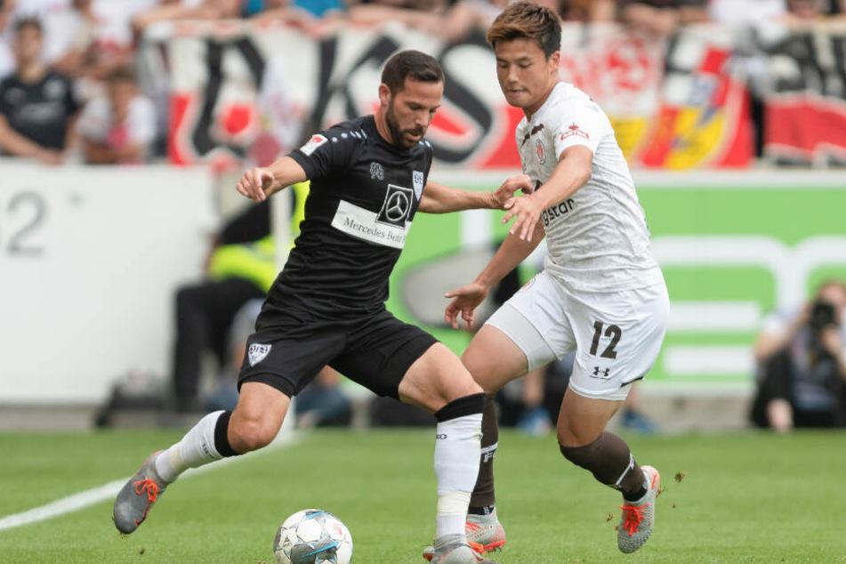 Ryo Miyaichi versucht Stuttgarts Gonzalo Castro den Ball abzunehmen.