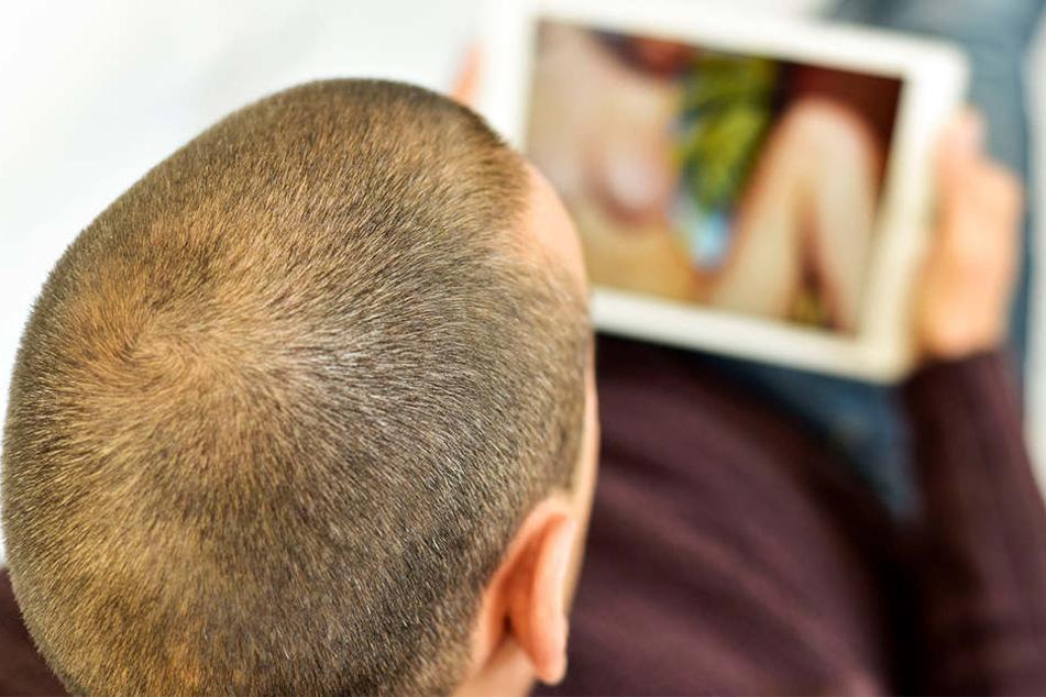 Der Tatverdächtige hat das Gesicht der Frau aus Detmold auf Sexfotos kopiert- (Symbolbild)