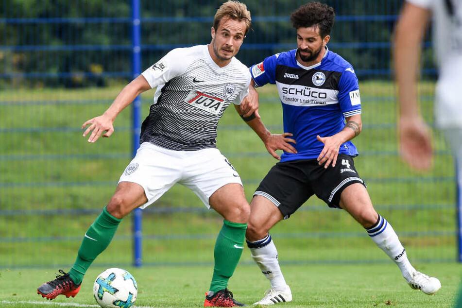 Nils Teixeira (re.) hier im Zweikampf im Testspiel gegen Preußen Münsters Sandrino Braun (li.).