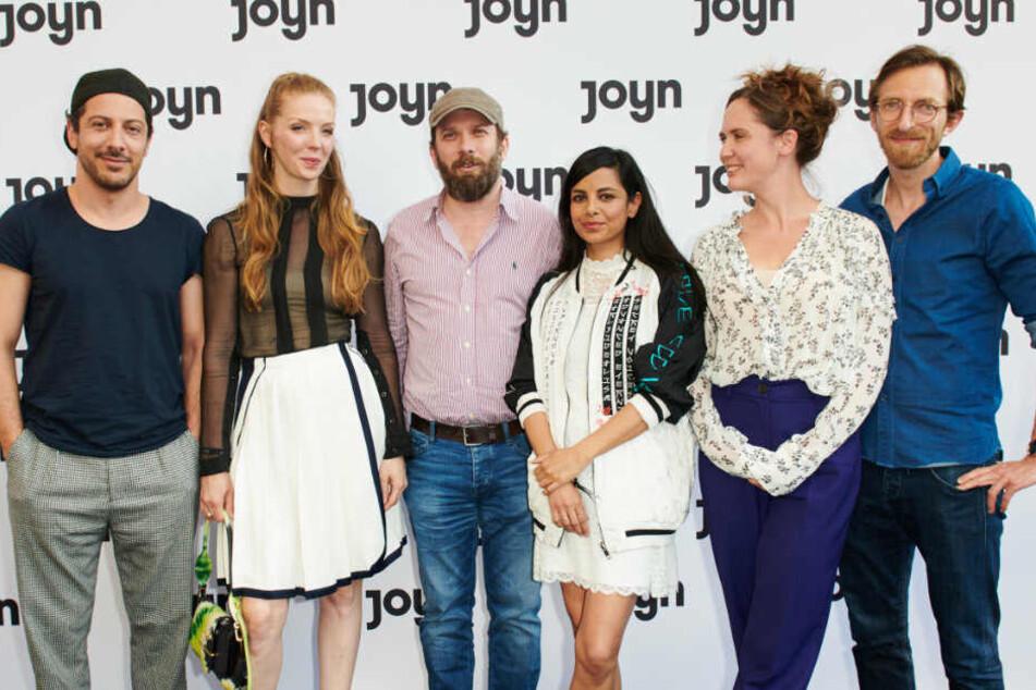 Die Jerk-Stars Fahri Yardim, Pheline Roggan, Christian Ulmen, Collien Ulmen-Fernandes, Emily Cox und Hendrik von Bültzingslöwen beisammen.