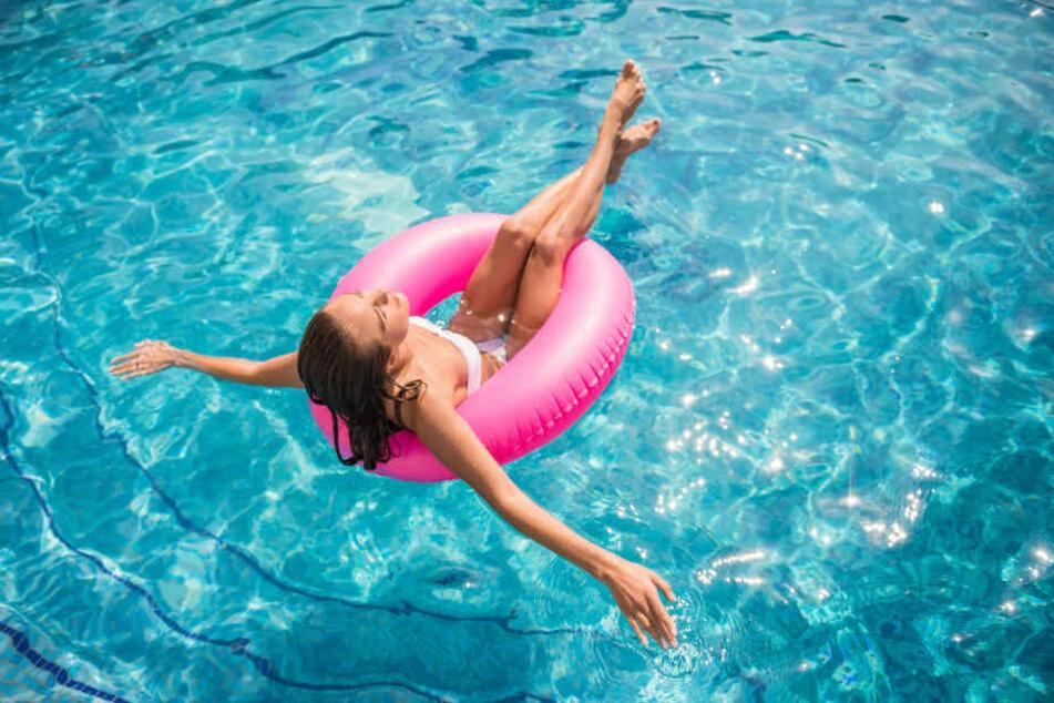Relax! Sommer, Sonne, Pool - und ganz viel nackte Haut.
