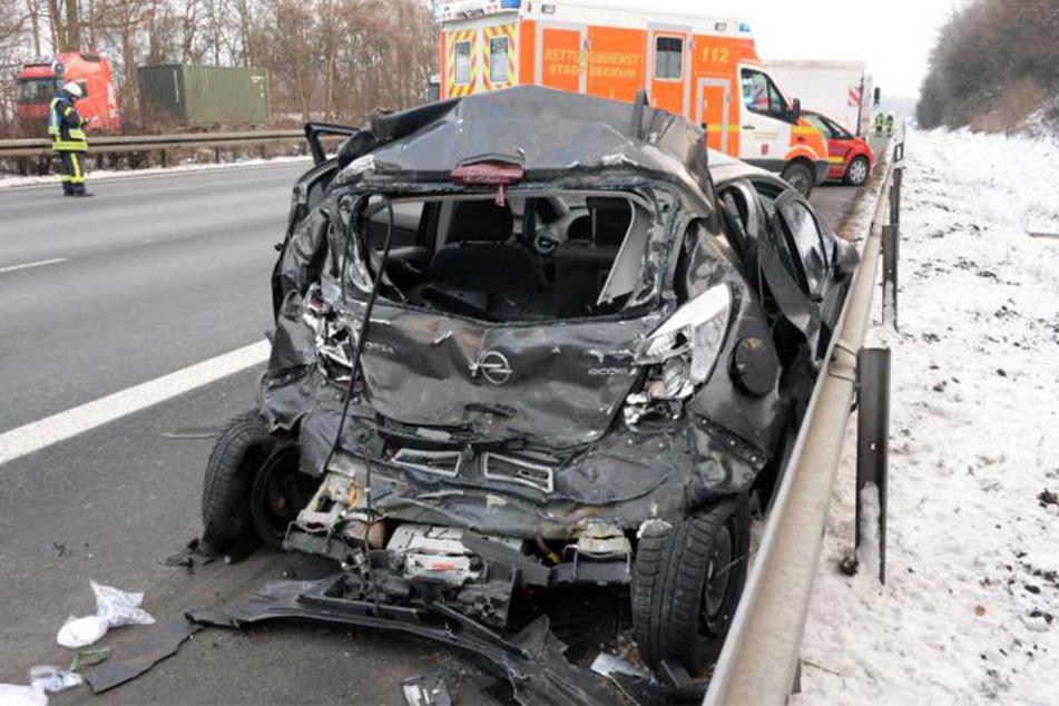 Der Lkw krachte mit vollem Tempo auf den Opel Corsa.