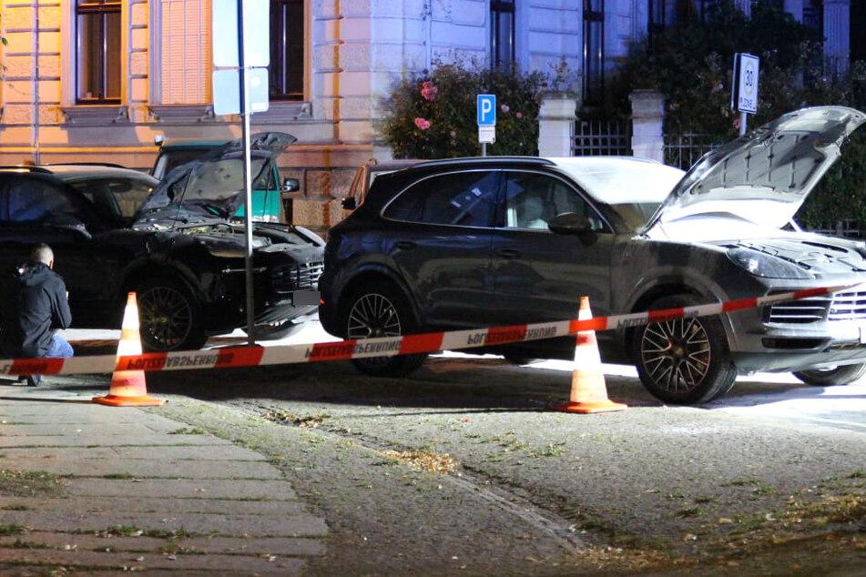 Die beiden aneinander geparkten Porsche wurden stark beschädigt.