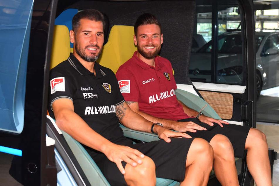 Cristian Fiel und Niklas Kreuzer (v.l.) sitzen im Auto der Zukunft probe.