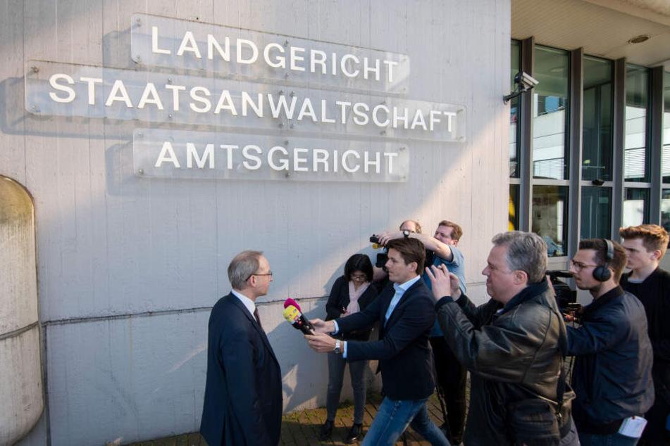Verteidiger Martin Kretschmer (l) spricht am Donnerstag vor Beginn des Prozesses in Siegen mit Journalisten.
