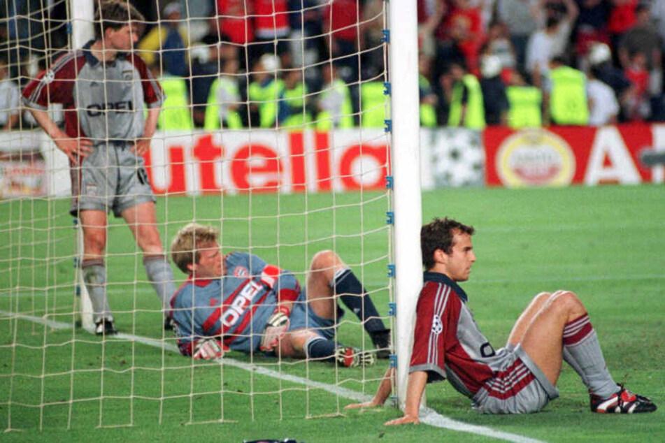 Oliver Kahn (M), Mehmet Scholl (r) und Michael Tarnat (L) sind am 26.05.1999 nach dem mit 1:2 verlorenen Champions League Finale gegen Manchester United in Barcelona enttäuscht.