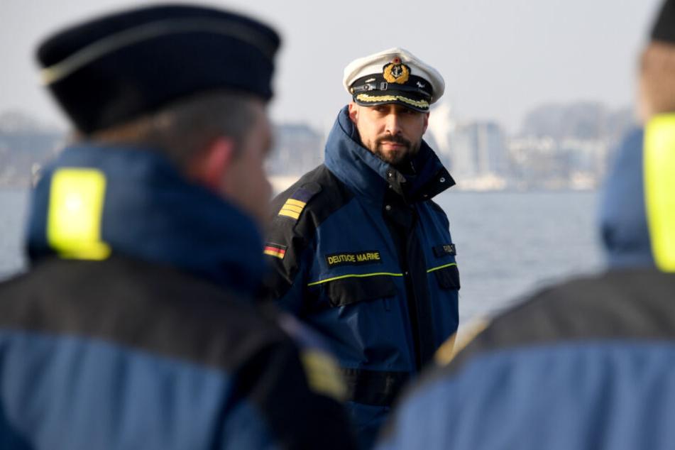 Korvettenkapitän Michael Rudat, Kommandant von U36, lässt beim Auslaufen des U-Boots im Januar seine Mannschaft an Deck antreten.