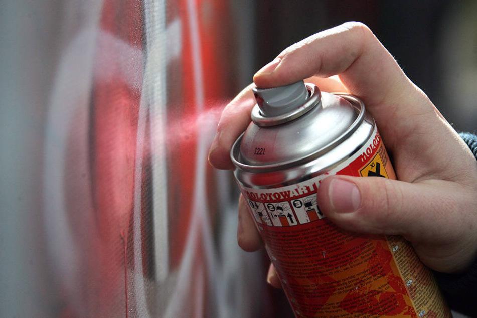 Drei Jugendliche wurden beim Graffiti-Sprühen beobachtet. Die herbeigerufenen Polizeibeamten überbrachten die Sprayer deren Eltern (Symbolbild).