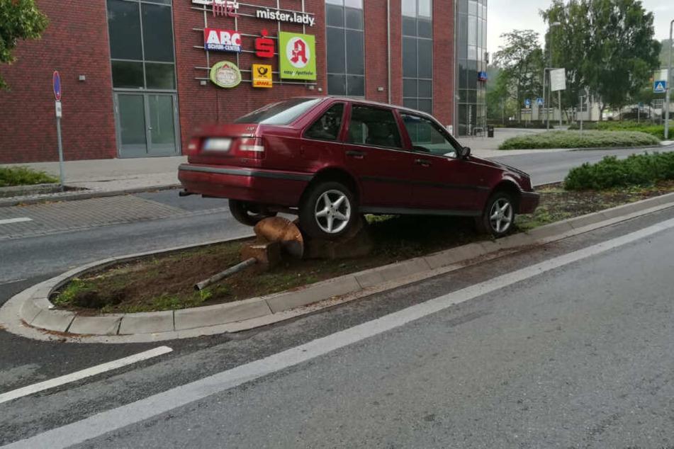 Das Auto blieb an dem Stein auf der Verkehrsinsel hängen.