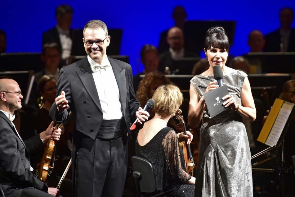Generalintendant Christoph Dittrich und Katrin Weber eröffneten den Abend. Die Moderatorin glänzte in einem Kleid der Münchner Designerin Sonja Kiefer.