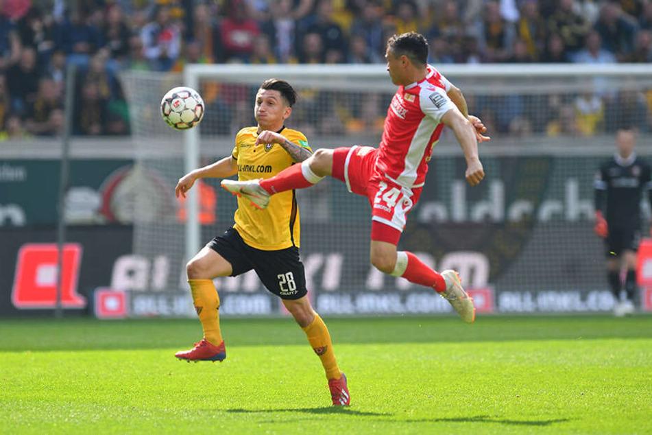 Mittelfeldmann Baris Atik (l.) kam nur selten an seinen Gegenspielern wie Manuel Schmiedebach vorbei.