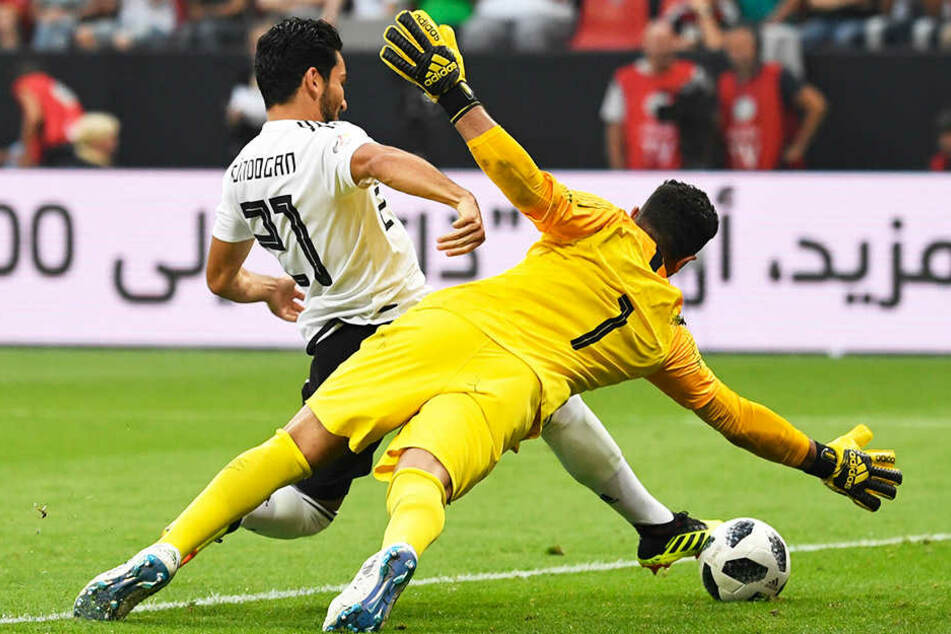 Ein Parade nach der anderen: Der saudische Torhüter Abdullah Al-Mayouf bewahrte seine Mannschaft mehrfach vor einer höheren Niederlage. Hier rettete er klasse gegen Ilkay Gündogan.