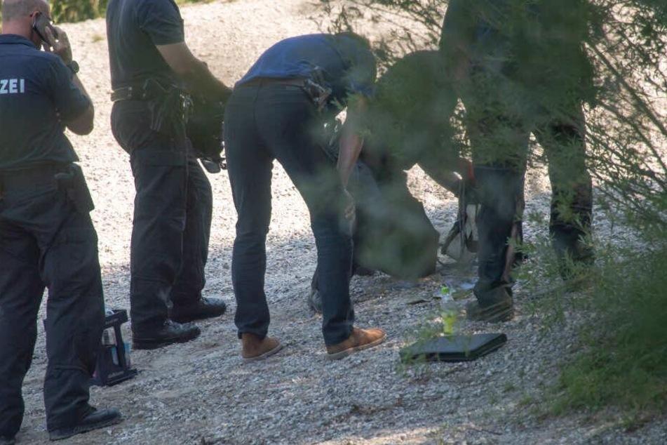 Die Polizei sucht mit einem Großaufgebot in dem Waldstück nach den vermissten Frauen.