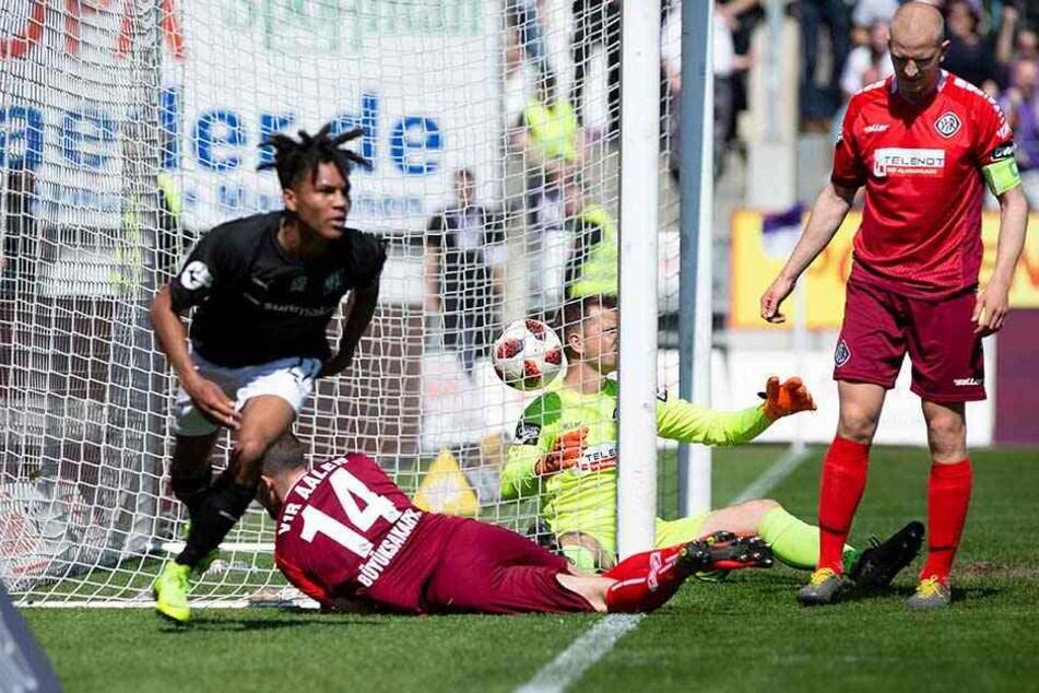 Mit diesem Tor schoss Etienne Amenyido (li.) den VfL Osnabrück zurück in die 2. Liga.