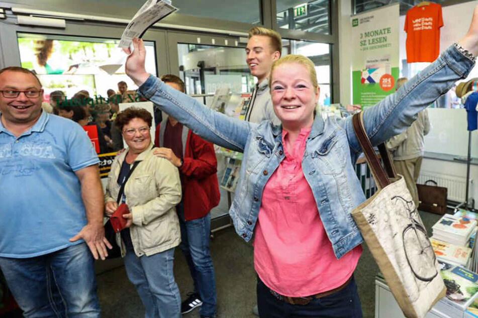 Caro Höhnel (39) hält die begehrten Tickets in der Hand.