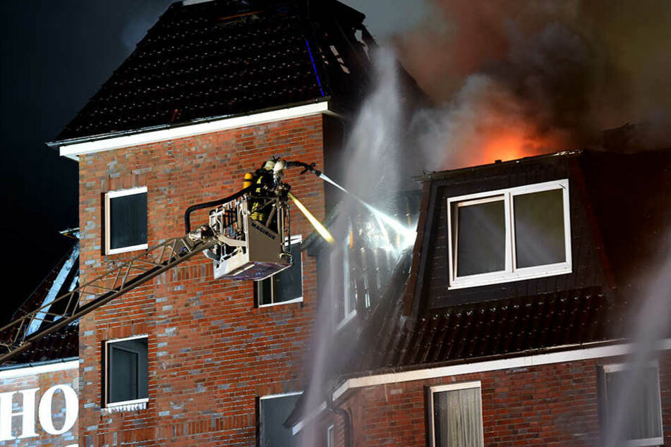 Der Dachstuhl des Hauses nahe der Stadtgrenze zu Berlin sei aus noch ungeklärter Ursache am Mittwochabend in Brand geraten.