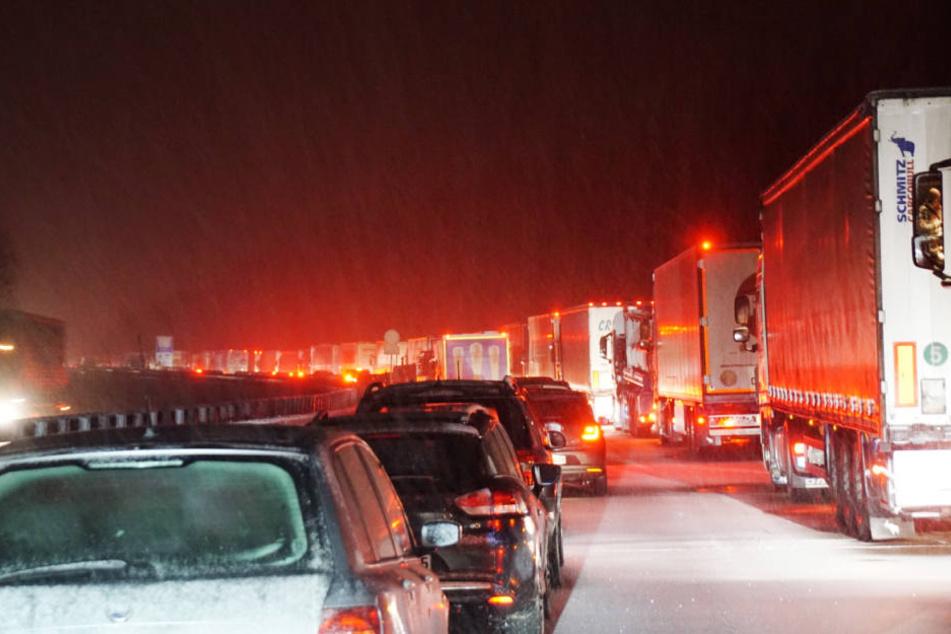 Nach starkem Schneefall stehen Autos und Lastwagen auf der mit Schnee bedeckten Autobahn A8. Die A8 zwischen Aichelberg und Hohenstadt (Baden-Württemberg) war zwischenzeitlich voll gesperrt.: