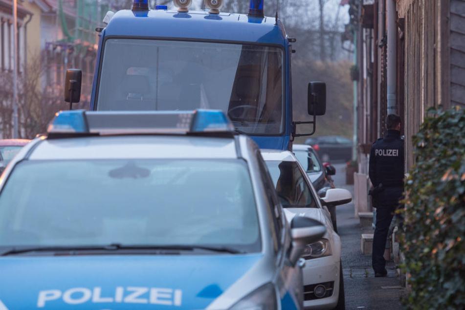 Die Polizei sichert noch Spuren am Tatort.