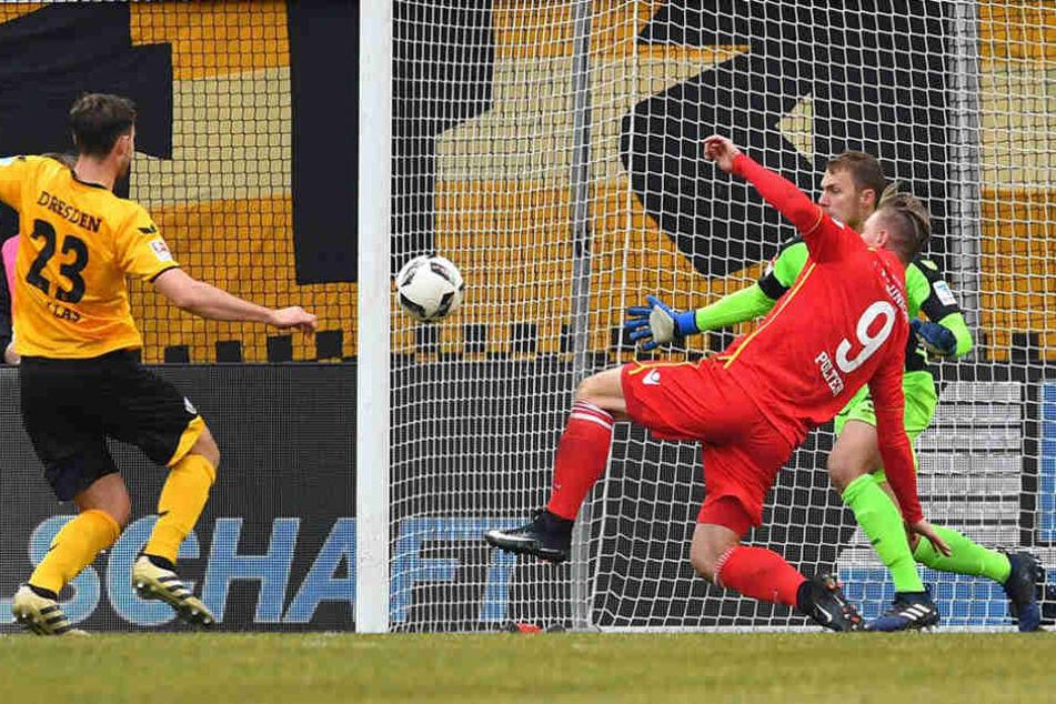 Hier scheiterte Sebastian Polter an Dynamo-Torwart Marvin Schwäbe.