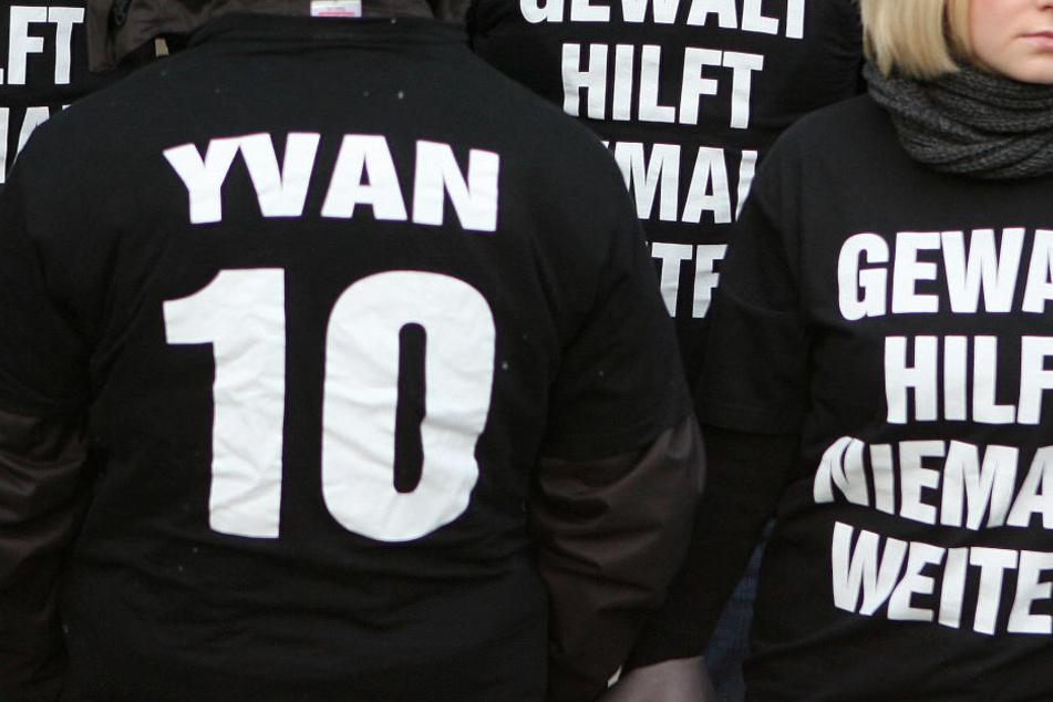 """Freunde des ermordeten Yvan S. trugen vor dem Landgericht T-Shirts mit der Aufschrift """"Gewalt hilf niemals weiter"""" und """"Yvan 10"""" für die Rückennummer des ehemaligen Handballspielers."""