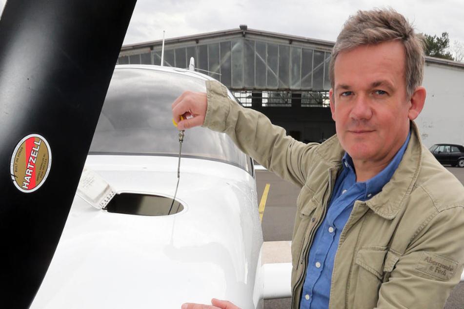 Hobbypilot Jens Brüggehofe (50) steht vor seiner Cirrus SR20.