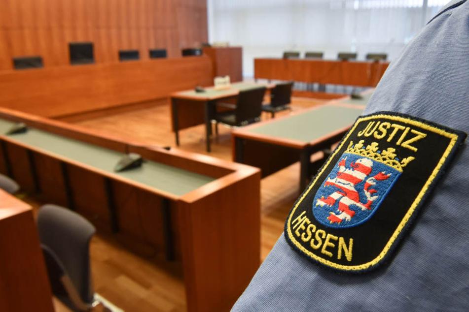 Der Mann muss sich vor dem Landgericht Kassel verantworten. (Symbolbild)