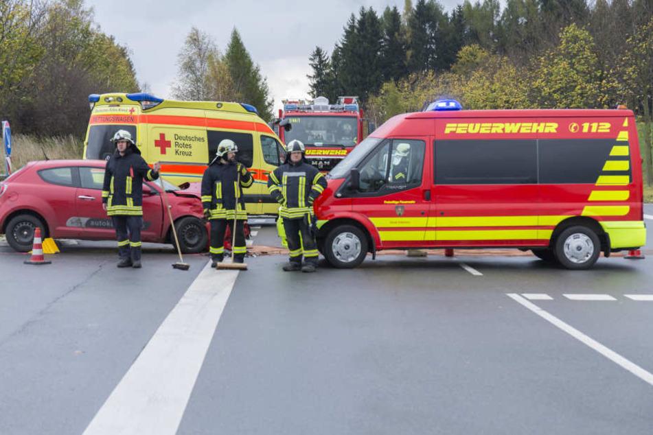 Die Rettungskräfte mussten den Straßenabschnitt eine Dreiviertelstunde voll sperren. Zwei Menschen wurden bei dem Unfall verletzt.