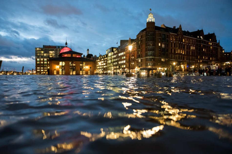 Der Fischmarkt in Hamburg steht unter Wasser.