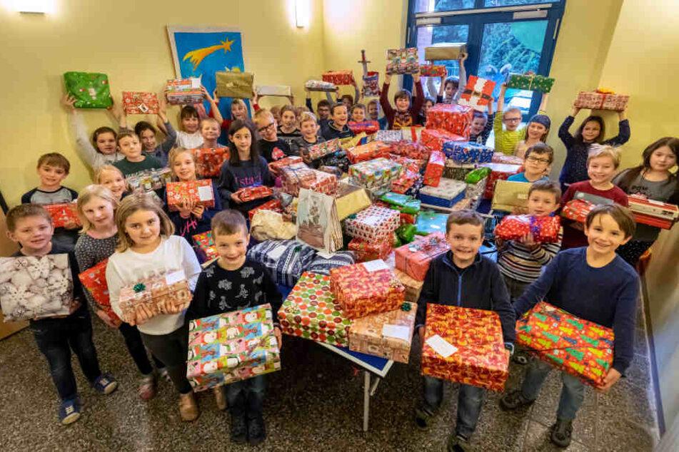 """Die Mädchen und Jungen des Horts """"Planitzer Rasselbande"""" haben über 140 Geschenke für bedürftige Kinder verpackt."""