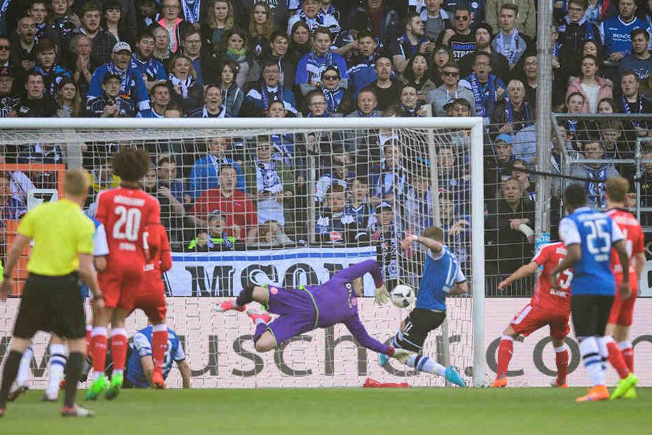 Der Freistoß zur 1:0-Führung: Julian Börner ist noch hauchdünn mit der Sohle dran.